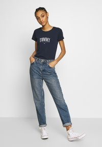 Tommy Jeans - SCRIPT  - T-shirt imprimé - twilight navy - 1