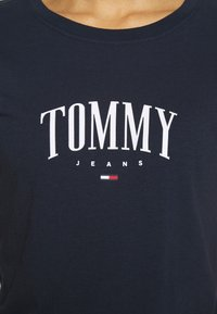 Tommy Jeans - SCRIPT  - T-shirt imprimé - twilight navy - 5