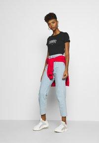 Tommy Jeans - SCRIPT  - T-shirt imprimé - black - 1