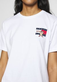 Tommy Jeans - LOONEY TUNES TEE  - Print T-shirt - white - 6