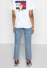 Tommy Jeans - LOONEY TUNES TEE  - Print T-shirt - white - 3