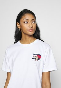 Tommy Jeans - LOONEY TUNES TEE  - Print T-shirt - white - 4
