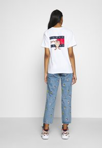 Tommy Jeans - LOONEY TUNES TEE  - Print T-shirt - white - 2