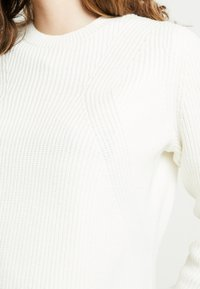 Tommy Jeans - SIDE SLIT CREW - Strickpullover - snow white - 4