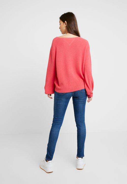 Tommy Jeans SLEEVE LOGO V NECK - Sweter - claret red Odzież Damska YCCY-MJ8 oferta