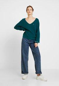 Tommy Jeans - SLEEVE LOGO V NECK - Pullover - atlantic deep - 1
