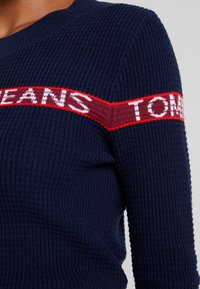 Tommy Jeans - LOGO STRIPE - Pullover - black iris - 4