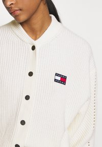 Tommy Jeans - BUTTON DETAIL  - Cardigan - ecru - 4