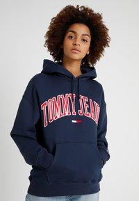Tommy Jeans - CLASSICS LOGO HOODIE - Mikina skapucí - navy - 0