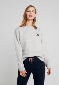 Tommy Jeans - BADGE - Sweatshirt - lt grey htr - 0