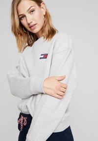 Tommy Jeans - BADGE - Sweatshirt - lt grey htr - 3