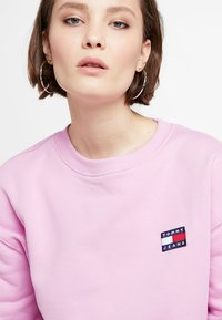 Tommy Jeans - BADGE WOMENS - Sweatshirt - lilac - 3