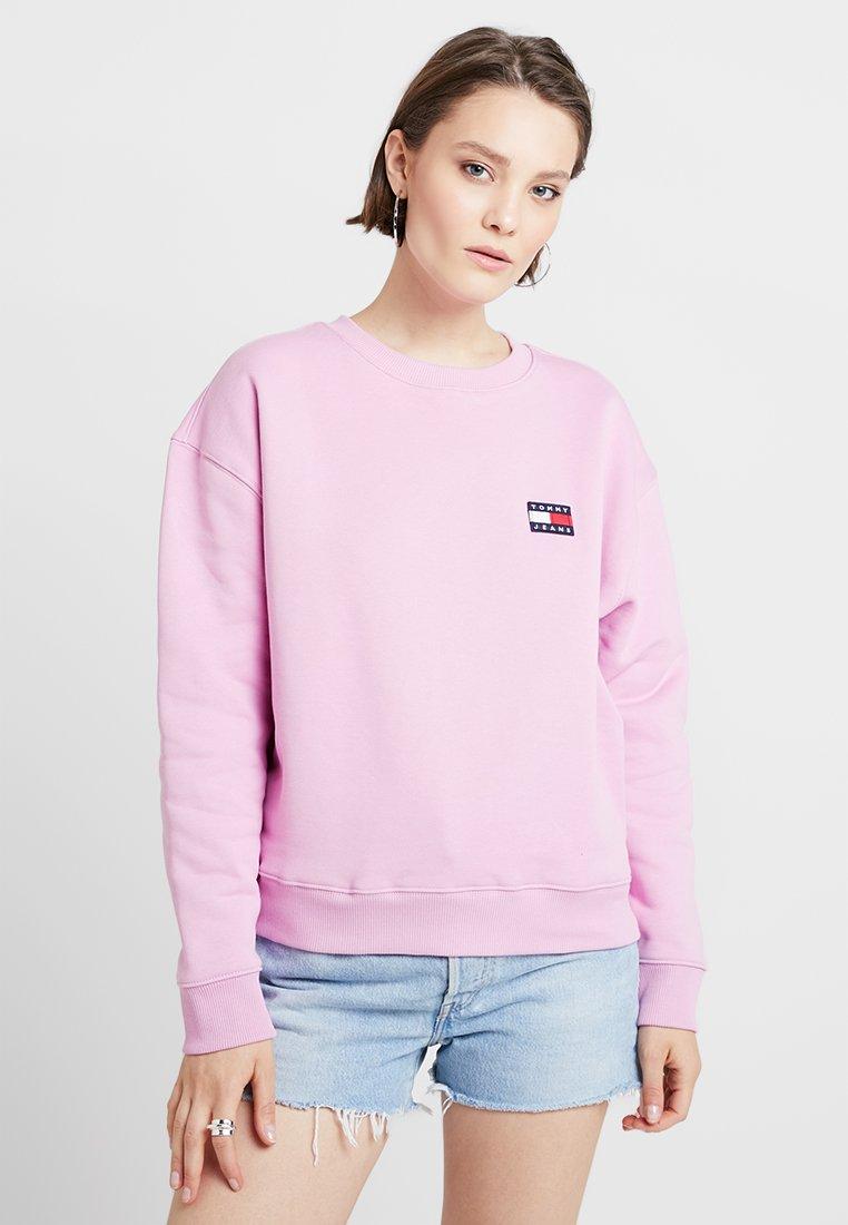 Tommy Jeans - BADGE CREW - Sweatshirt - lilac