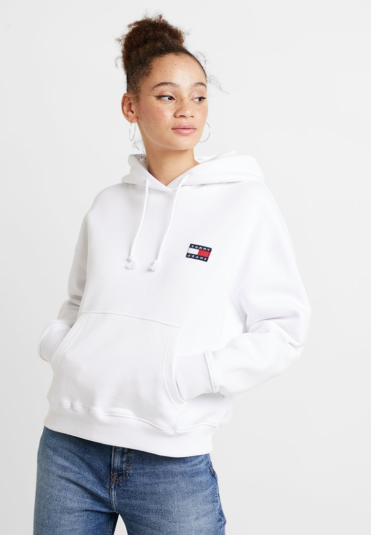 Tommy Jeans - BADGE HOODIE - Kapuzenpullover - classic white