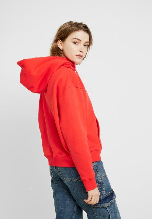 Tommy Jeans BADGE HOODIE - Bluza z kapturem - flame scarlet Odzież Damska SYBE-AC6 30% OBNIŻONE