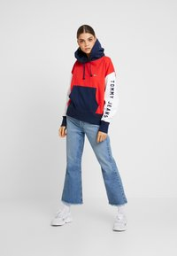 Tommy Jeans - CONTRAST SLEEVE LOGO HOODIE - Hoodie - flame scarlet/classic white - 1