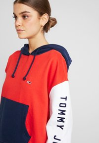 Tommy Jeans - CONTRAST SLEEVE LOGO HOODIE - Hoodie - flame scarlet/classic white - 3