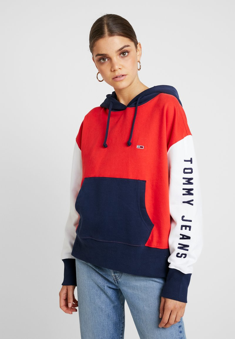 Tommy Jeans - CONTRAST SLEEVE LOGO HOODIE - Hoodie - flame scarlet/classic white