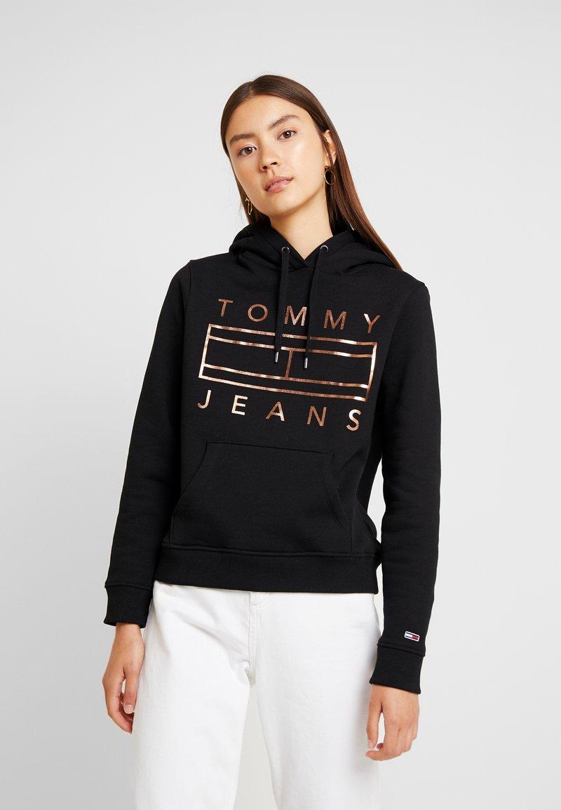 Tommy Jeans - ESSENTIAL LOGO HOODIE - Kapuzenpullover - black