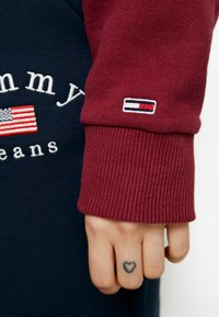 Tommy Jeans - LOGO RAGLAN - Mikina - rhododendron - 5