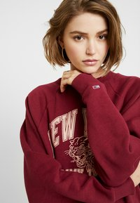 Tommy Jeans - LOGO RAGLAN - Mikina - rhododendron - 3
