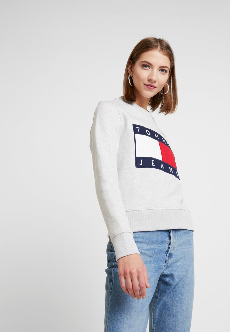 Tommy Jeans - TJW TOMMY FLAG CREW - Sweatshirt - pale grey