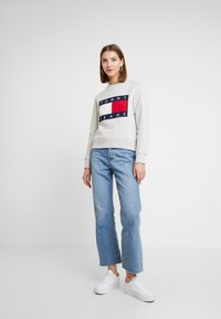 Tommy Jeans - TJW TOMMY FLAG CREW - Sweatshirt - pale grey - 1