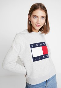 Tommy Jeans - TJW TOMMY FLAG CREW - Sweatshirt - pale grey - 3