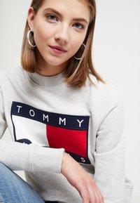 Tommy Jeans - TJW TOMMY FLAG CREW - Sweatshirt - pale grey - 5