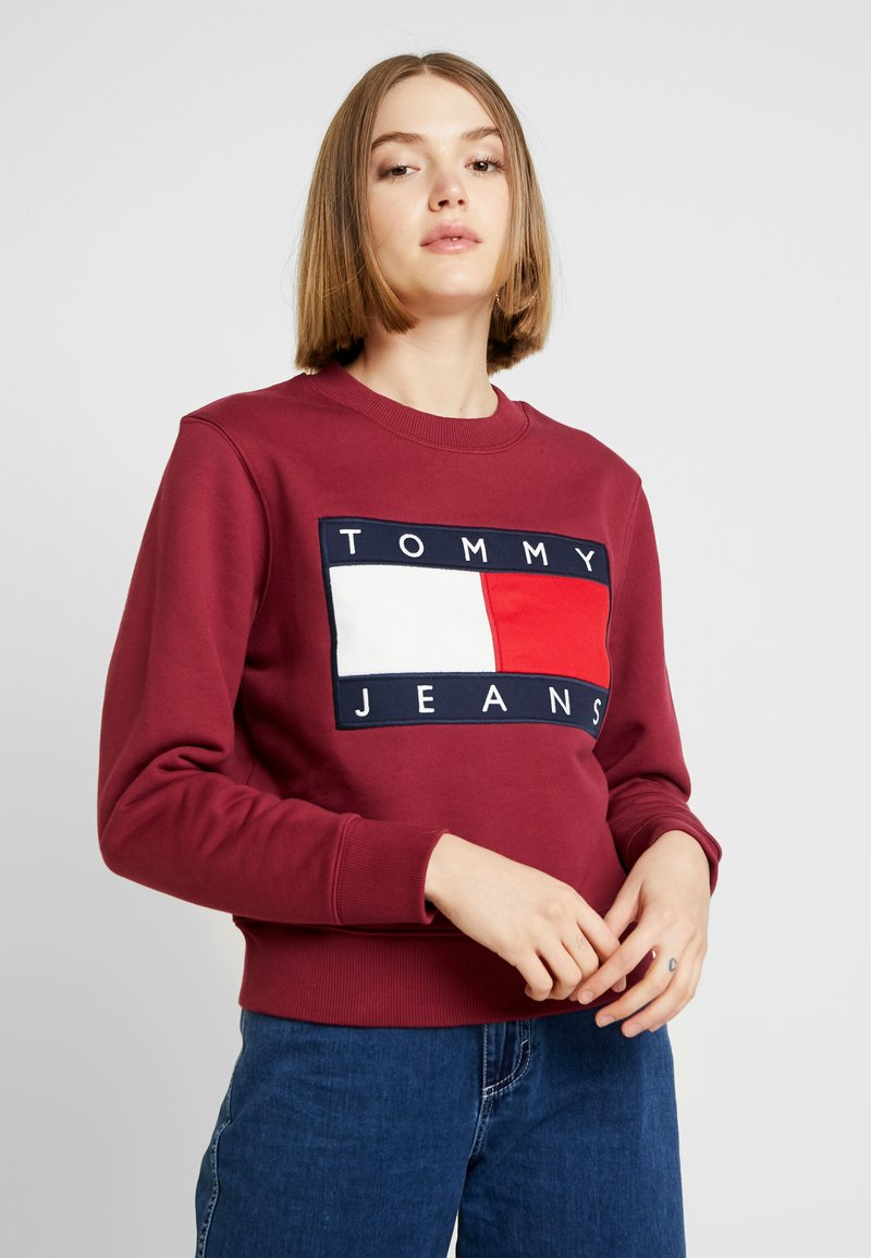 Tommy Jeans - TJW TOMMY FLAG CREW - Mikina - rhododendron