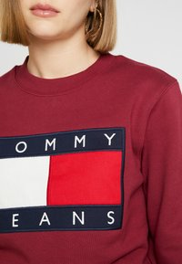Tommy Jeans - TJW TOMMY FLAG CREW - Mikina - rhododendron - 5
