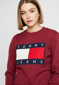 Tommy Jeans - TJW TOMMY FLAG CREW - Mikina - rhododendron - 3