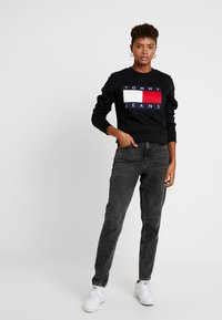 Tommy Jeans - TJW TOMMY FLAG CREW - Sweatshirt - black - 1