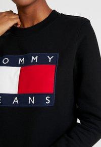 Tommy Jeans - TJW TOMMY FLAG CREW - Sweatshirt - black - 5