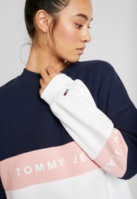 Tommy Jeans - COLORBLOCK CREW - Sweatshirt - classic white/multi - 5