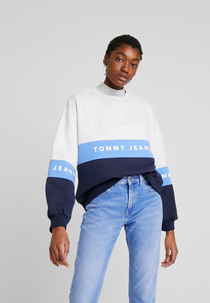 Tommy Jeans - COLORBLOCK CREW - Sweatshirt - pale grey/multi