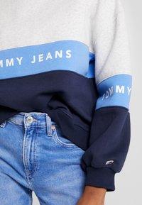 Tommy Jeans - COLORBLOCK CREW - Sweatshirt - pale grey/multi - 5