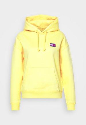 BADGE HOODIE - Sweat à capuche - star fruit yellow