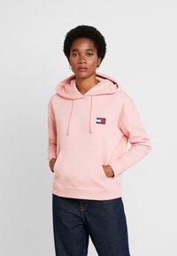 Tommy Jeans - BADGE HOODIE - Hoodie - pink icing - 0
