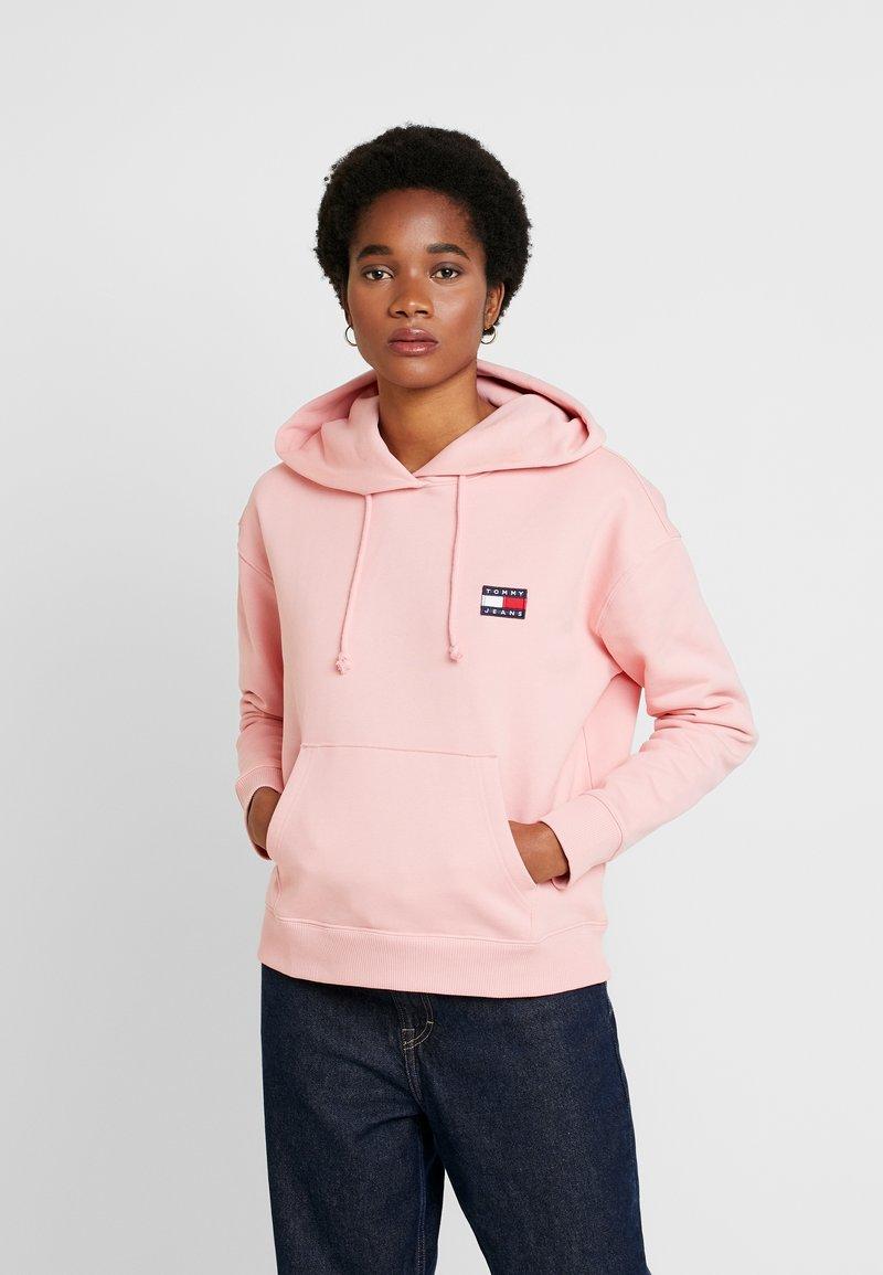 Tommy Jeans - BADGE HOODIE - Hoodie - pink icing