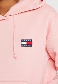 Tommy Jeans - BADGE HOODIE - Hoodie - pink icing - 5
