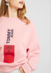 Tommy Jeans - VERTICAL LOGO - Bluza - pink icing - 5