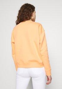 Tommy Jeans - BADGE  - Sweatshirt - melon orange - 2
