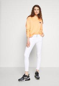 Tommy Jeans - BADGE  - Sweatshirt - melon orange - 1