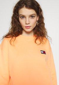 Tommy Jeans - BADGE  - Sweatshirt - melon orange - 4