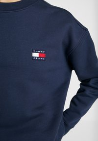 Tommy Jeans - BADGE  - Sweatshirt - black iris - 5
