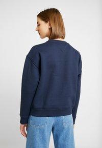 Tommy Jeans - BADGE  - Sweatshirt - black iris - 2
