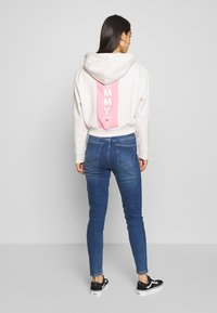 Tommy Jeans - CONTRAST BACK LOGO HOODIE - Hoodie - oatmeal heather / pink icing - 2
