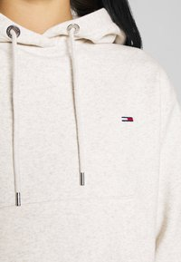 Tommy Jeans - CONTRAST BACK LOGO HOODIE - Hoodie - oatmeal heather / pink icing - 4