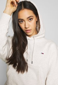 Tommy Jeans - CONTRAST BACK LOGO HOODIE - Hoodie - oatmeal heather / pink icing - 3